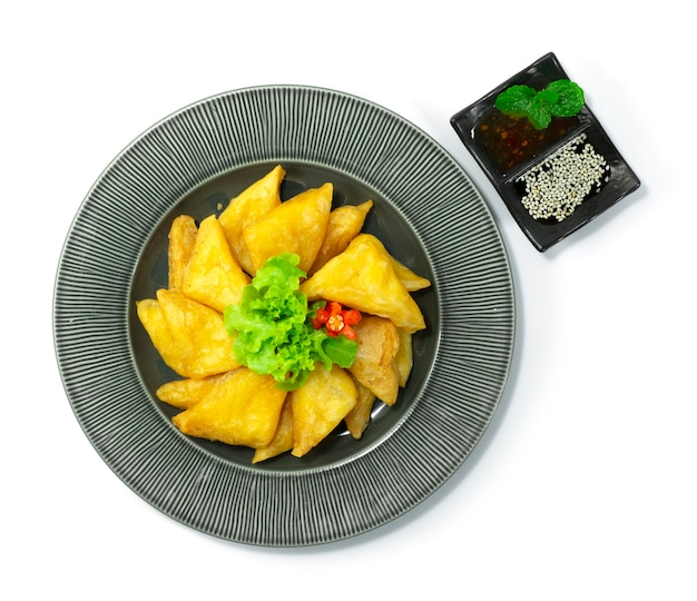 Тофу из бирманского нута во фритюре подается с ореховым соусом для макания посыпать кунжутом и соусом из сладкого чили закуска блюдо из азиатской кухни украсить овощи topview