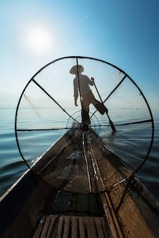 ミャンマーインレー湖でビルマの漁師