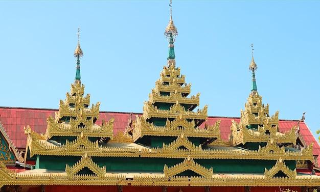 タイ、ワットワンウィウェカラム僧院のビルマ風仏教寺院の屋根