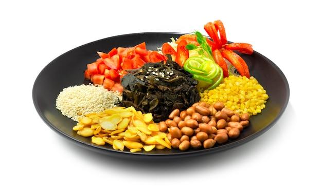 버마 차잎 샐러드 lahpet thoke는 myan mar에서 발효 된 유명한 이름으로 야채와 칠리 측면을 장식합니다.