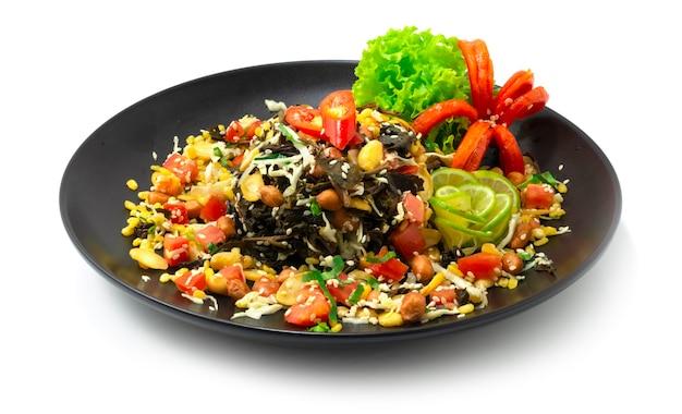 버마 차잎 샐러드 혼합 성분 lahpet thoke는 myan mar에서 발효 된 유명한 x의 이름으로 야채와 칠리 측면을 장식합니다.