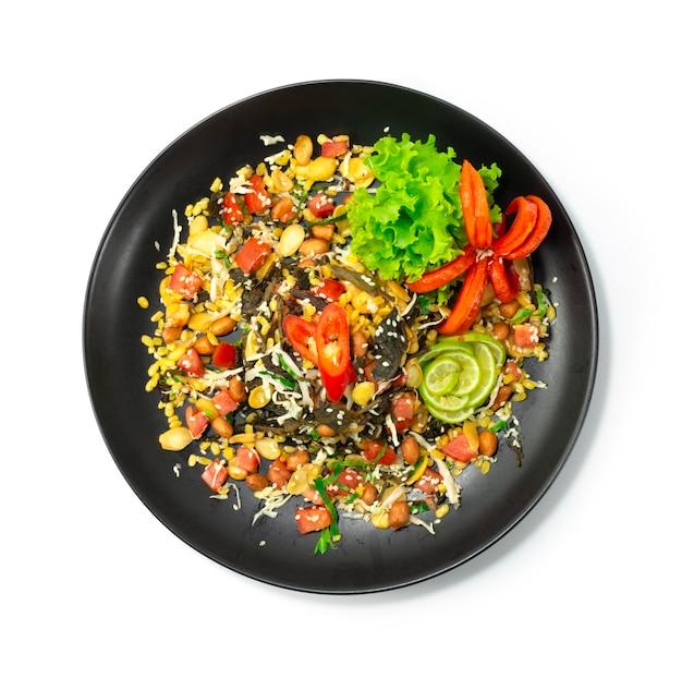 버마 차잎 샐러드 혼합 성분 lahpet thoke는 myan mar에서 발효 된 유명한 x의 이름으로 야채와 칠리를 장식합니다.