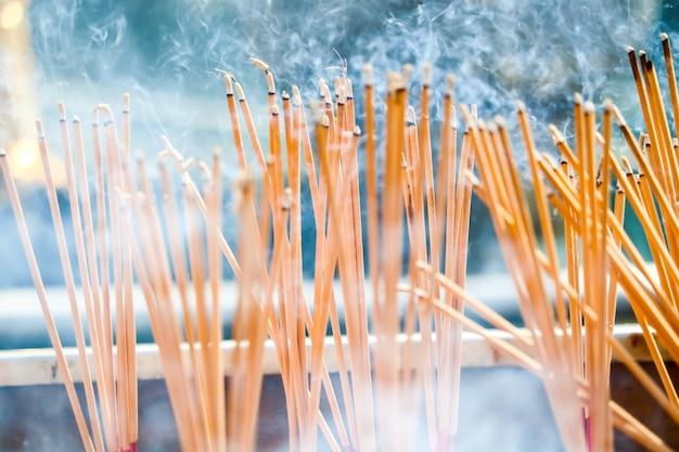 Палочка burn incense - это религиозные убеждения, которые ученики показывают поклонению будде