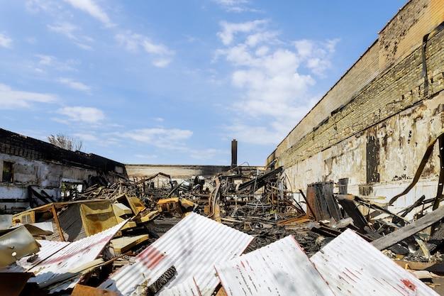 アメリカ、南カリフォルニアの山火事で破壊された家が焼けて爆発した