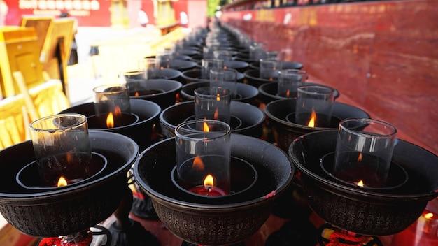중국 불교 사원에서 큰 붉은 양초를 태우다
