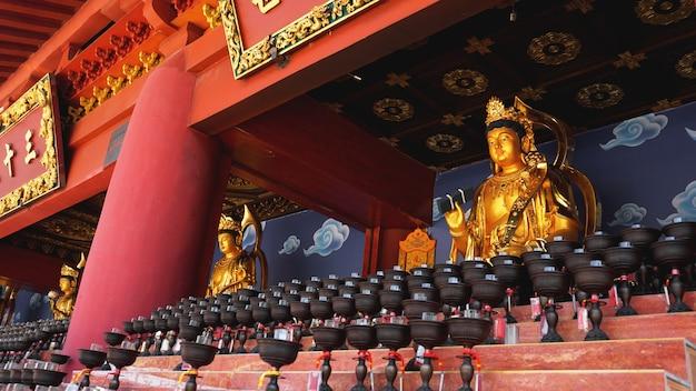 中国の仏教寺院で大きな赤いろうそくを燃やす