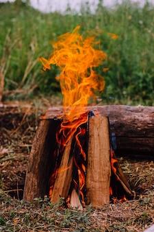 屋外で小屋の形をしたキャンプファイヤーを燃やしているクローズアップ。