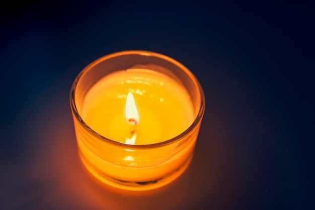 유리 촛대에 촛불 뜨거운 불꽃을 굽기.