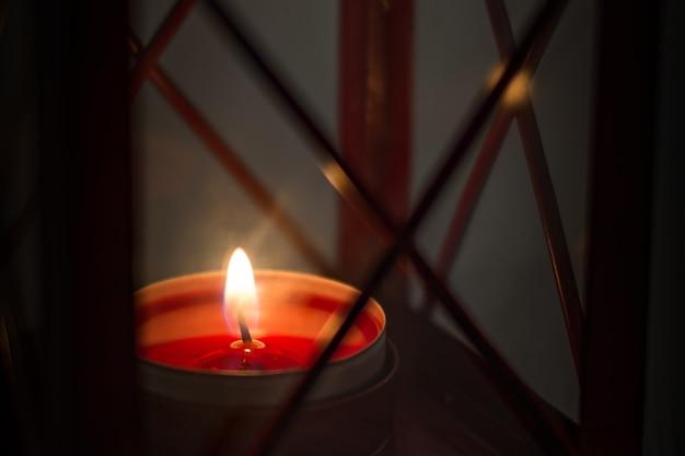 크리스마스 랜턴에 촛불을 태우다
