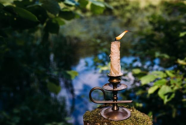 Горящая свеча в заколдованном лесу оккультной эзотерической концепции