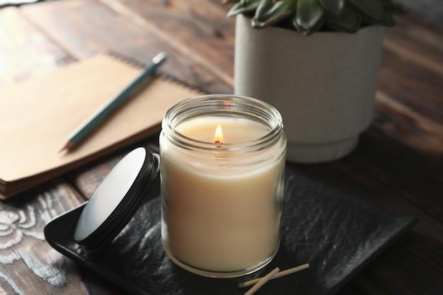 유리 항아리, 즙이 많은 나무에 노트북에서 촛불을 굽기