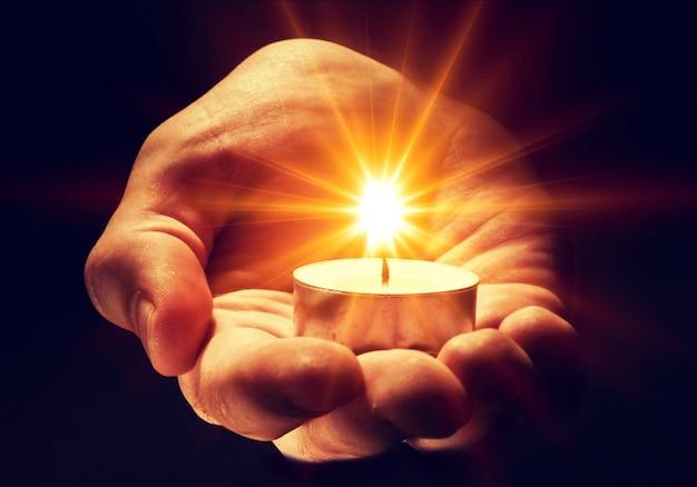 남성 손에 촛불을 굽기, 종교 개념