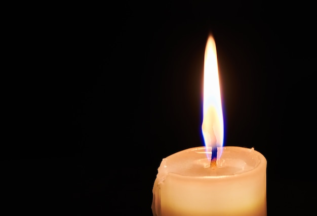 밤 어둠 속에서 촛불을 굽기