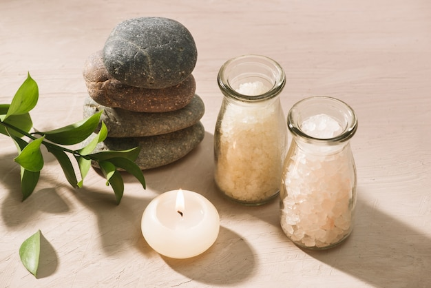Горящая свеча в воде спа с солью и галькой