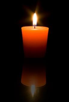 검정색 배경에 촛불을 굽기.