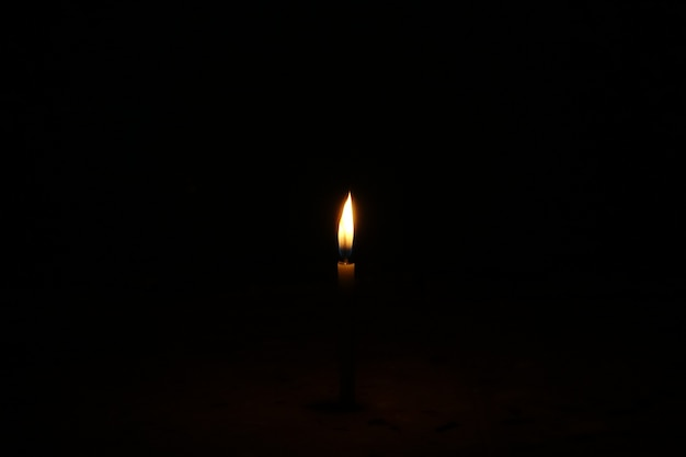 어두운 배경에서 촛불을 굽기