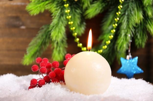 Горящая свеча на деревянных фоне