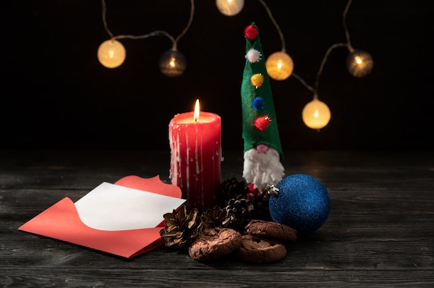木製のテーブルで燃えるろうそくとクリスマスの飾り