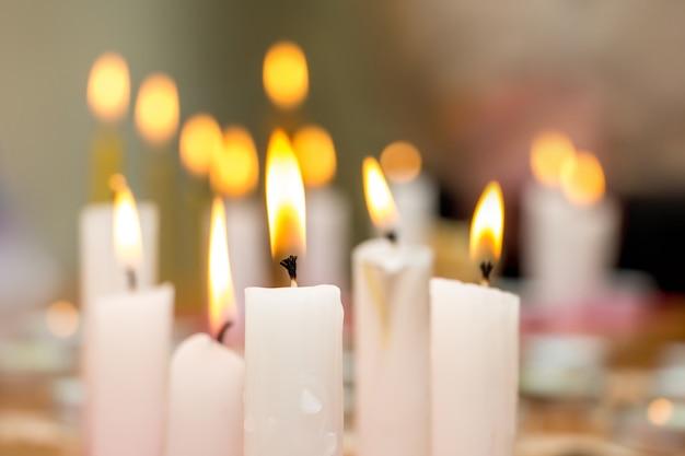 Горящие свечи в церкви во время богослужения