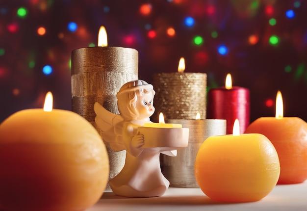 クリスマスの夜にろうそくを燃やす