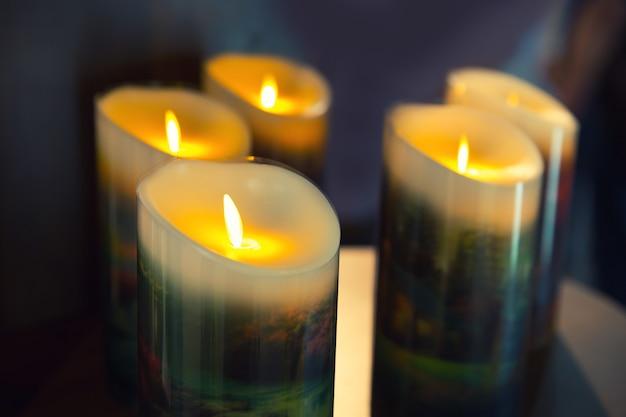 Горящие свечи в темноте