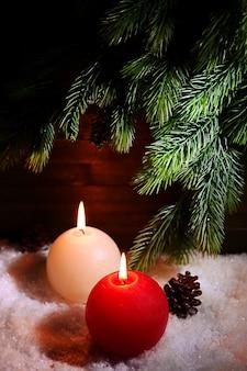Горящие свечи на деревянных фоне