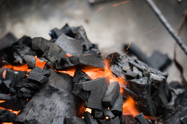 불타는 숯불 클로즈업. 불과 연기에 석탄.