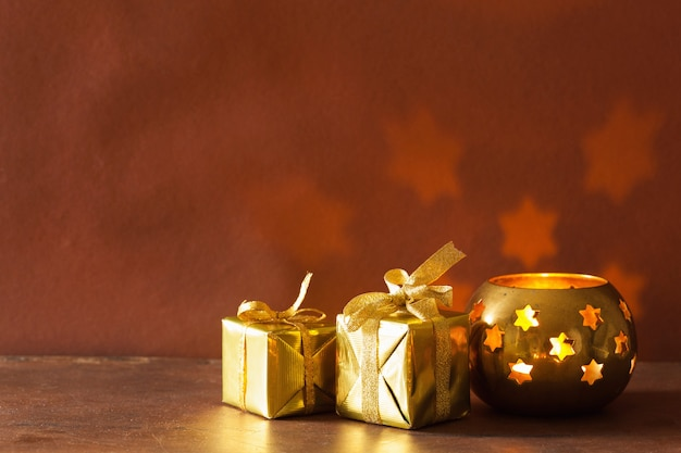 Горящие рождественские фонарики и подарки