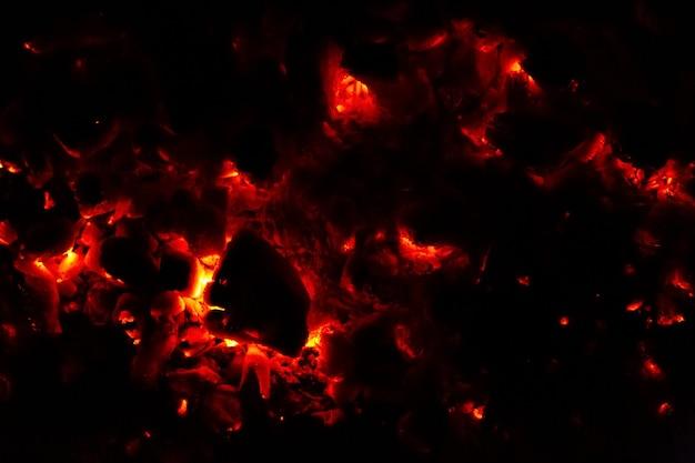 Горящий уголь ночью. темный абстрактный фон текстуры.