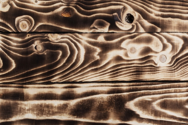 Горящий темный полосатый деревянный стол