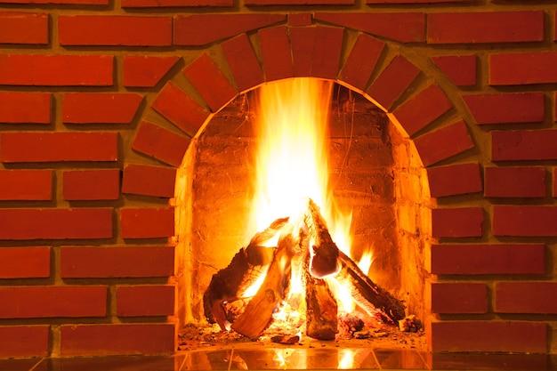 レンガの暖炉で燃える火、クローズアップ