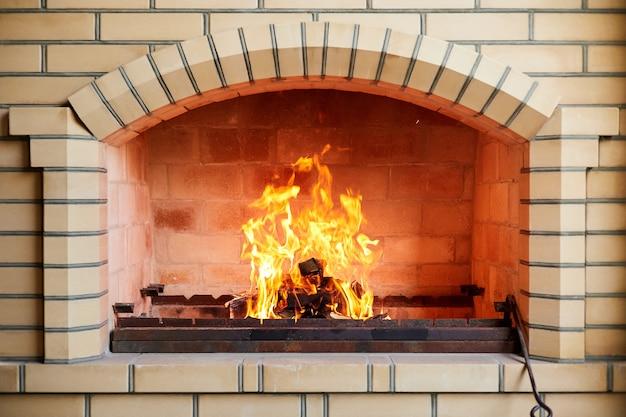 Сжигание дров в кирпичном мангале перед приготовлением шашлыка. крупный план, выборочный фокус