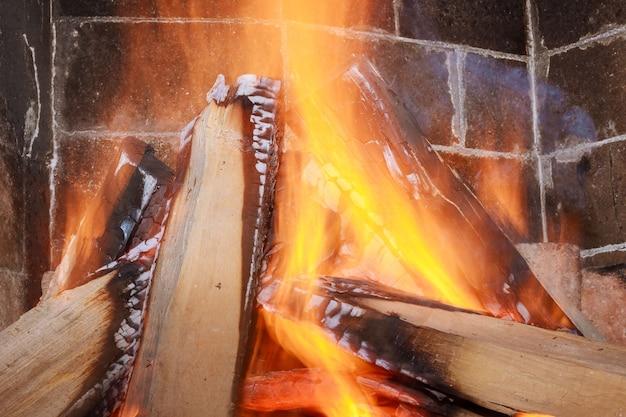 Горящие дрова в камине крупным планом.
