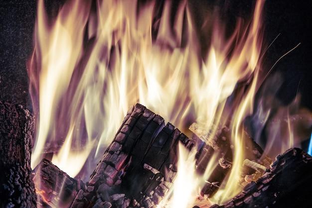 燃える炎、火のクローズアップ
