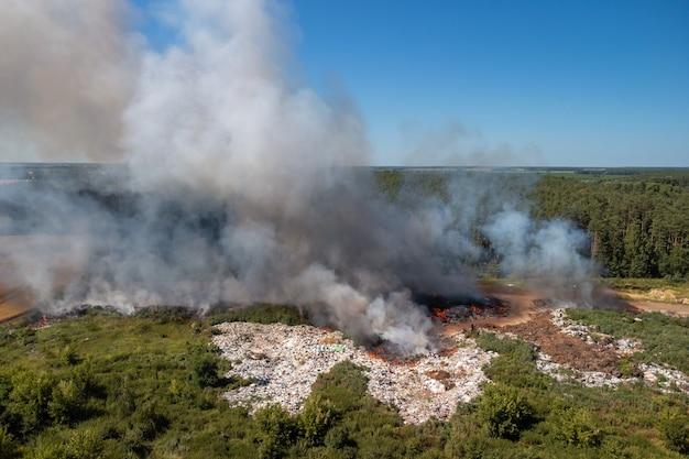 여름에 불타는 쓰레기 덤프