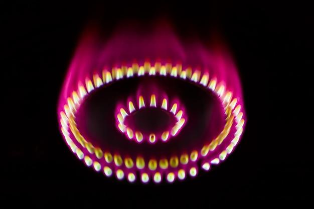 Горящая газовая горелка в темноте размытия