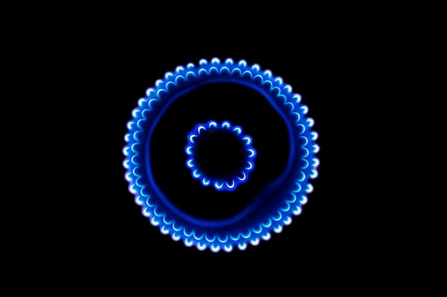 Горящая газовая горелка в темноте
