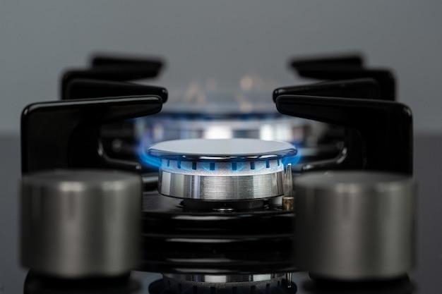 Горящая газовая плита на кухне крупным планом