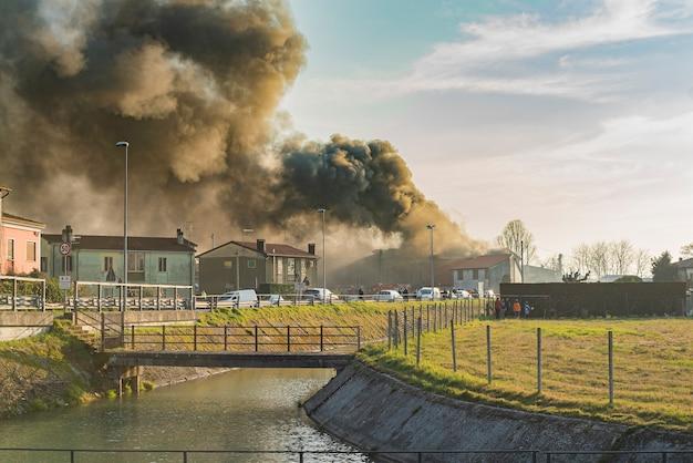이탈리아 북동부 마을의 불타는 집