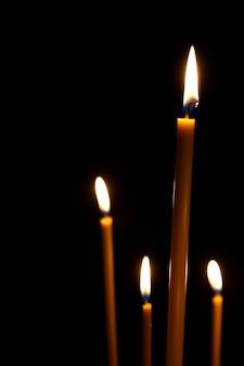 네 개의 왁스 양초를 위해 어둠 속에서 불타는