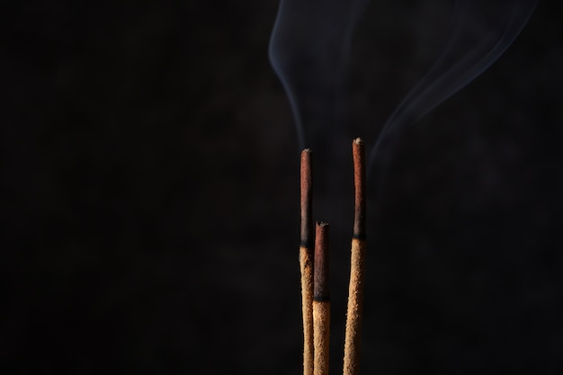 Горящие ароматические палочки с дымом, копией пространства