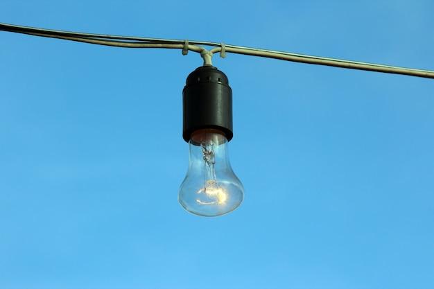 푸른 하늘에 불타는 램프