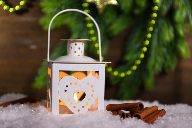 Горящий фонарь на деревянных фоне