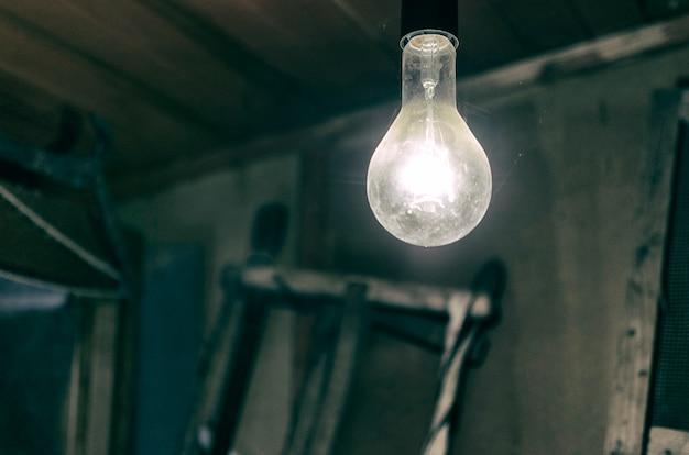 오래 된 헛간에서 전구를 굽기
