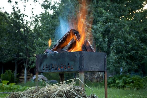 화로에서 통나무 굽기. 피크닉 시간.