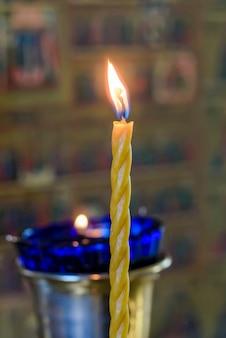 正教会で長い黄色のろうそくを燃やす