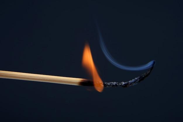 紺色の燃えるマッチ