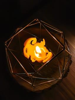 현대적인 스타일의 금속 촛대에 녹는 왁스 촛불을 굽기