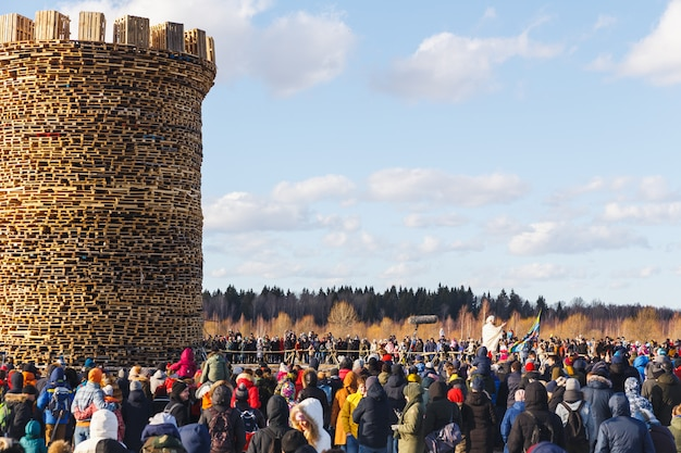 Сжигание крепости бастилии. спектакль под открытым небом. день французской революции.