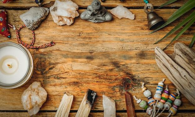 크리스탈과 보석으로 불타는 palo santo 배경. 치유 미네랄과 양초가 포함 된 클렌징 번들. 긴장을 풀고 평평하게 누워